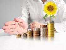 Mänsklig hand för hand som sätter myntet till pengar Royaltyfri Fotografi