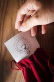 Mänsklig hand med idé i säck arkivbild