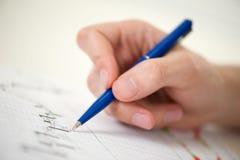 Mänsklig hand med pennan Fotografering för Bildbyråer