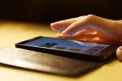 Mänsklig hand och smartphone Arkivbilder