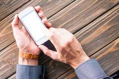 Mänsklig hand som rymmer den digitala minnestavlan Royaltyfri Fotografi