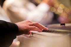 Mänsklig hand som spelar synthen Royaltyfri Bild