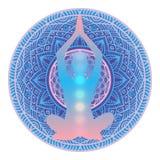 Mänsklig kontur som mediterar eller gör yoga med regnbågeljus av sju Chakras inom på vibrerande ljus mandalabakgrund Yoga s Arkivbilder