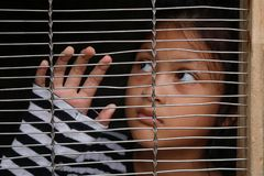 Mänsklig människohandel, asiatiska flickabarn i buren Arkivfoton