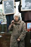Mänsklig rättighetaktivisten Lyudmila Alexeyeva talar på en samla i minne av Markelov och Baburova Arkivbild