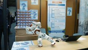 Mänsklig robot som gör olik förehavanden arkivfilmer