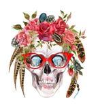 Mänsklig skalle för vattenfärg i moderiktiga exponeringsglas och krans med blommor och fjädrar som slår in huvudet Royaltyfri Fotografi