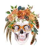 Mänsklig skalle för vattenfärg i moderiktiga exponeringsglas och krans med blommor och fjädrar som slår in huvudet Royaltyfri Bild