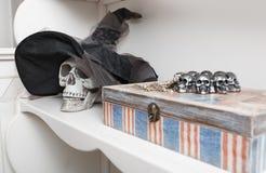 Mänsklig skalle i ett vitt kabinett Arkivbilder