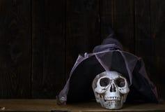 Mänsklig skalle med trollkarlhatten Royaltyfria Foton