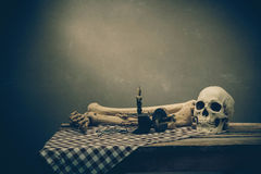 Mänsklig skalle på gammal wood bakgrund Royaltyfria Bilder