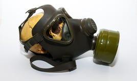 Mänsklig skalle på gasmask arkivbild