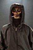 Mänsklig skalle som röker en cigarett på en svart bakgrund, cigarett som mycket är farlig för folk universitetsläraren röker var  Arkivbild