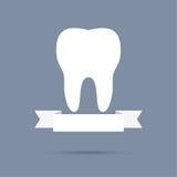 Mänsklig tand med ett band Arkivbilder