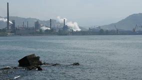 Mänsklig vård- port och giftgas för miljöbelastningfabrikshav arkivfilmer