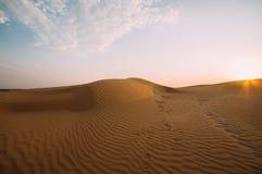 Mänskliga fotspår i sanden i öknen arkivbild