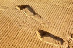 Mänskliga fotspår på strandsanden Royaltyfria Foton