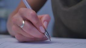 Mänskliga händer med blyertspennahandstil på papper på vit tabellbakgrund stock video