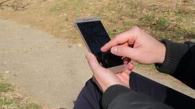 Mänskliga händer som rymmer en smart telefon stock video