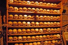Mänskliga skallar av munkar i en Meteora kloster royaltyfri foto