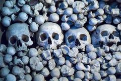 Mänskliga skallar och ben i den Sedlec ossuaryen, Kutna Hora Fotografering för Bildbyråer