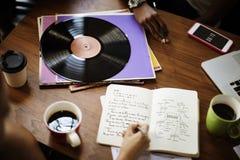 Mänskligt begrepp för musik för rekord för vinyl för handhandstilanteckningsbok royaltyfri foto