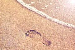 Mänskligt fotspår på en sandig strand Royaltyfria Bilder