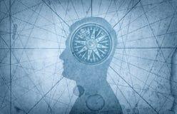 Mänskligt huvud och kompass Begreppet på ämnet av navigering, royaltyfri fotografi