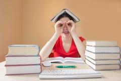 Mänskligt sinnesrörelseansiktsuttryck, reaktion, känslor, utbildningsbegrepp Skolböcker på skrivbordet, utbildningsbegrepp Royaltyfria Bilder