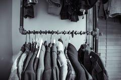 Mäntel und Jacken, die auf einer Kurbelwelle haben Lizenzfreie Stockbilder
