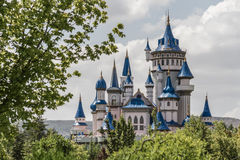 Märchen-Schloss hinter Bäumen öffentlich kultureller Park, Eskisehir Stockbilder