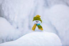Märchencharakter der Schneemann im Hut Stockfotografie