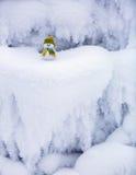 Märchencharakter der Schneemann im Hut und im Schal Stockfoto