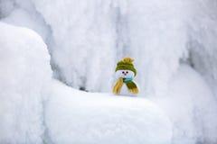 Märchencharakter der Schneemann im Hut und im Schal Stockfotos