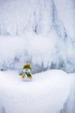Märchencharakter der Schneemann im Hut und im Schal Stockbilder