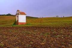 Märchenfrühlingslandschaft mit Kapelle auf den Gebieten Moravian Toskana, Süd-Moray, Tschechische Republik, Europa Addieren Sie w Lizenzfreie Stockfotos