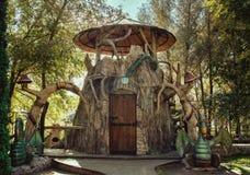 Märchenhaus in einem Park mit Drachen lizenzfreie stockfotografie