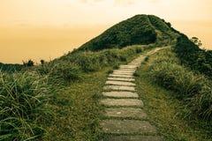 Märchenlandschaft und Sprungbrettweg über einem Hügel auf dem Horizont an der historischen Spur Caoling in Taiwan Lizenzfreies Stockbild