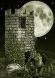 Märchenturm mit einem kleinen grünen Drachen Lizenzfreies Stockfoto
