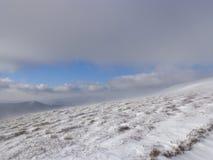Märchenwald, schneebedeckte Ansicht, die Landschaft in den Bergen Lizenzfreies Stockbild