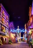 Märchenweihnachtsstraße Rue du General de Gaulle von schönem lizenzfreie stockfotos