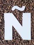 märka Ã-` i vit och bakgrund med grillade kaffebönor, bakgrund och textur royaltyfria foton