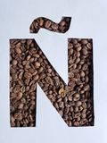 märka Ã-` med grillade kaffebönor och vit bakgrund arkivbilder