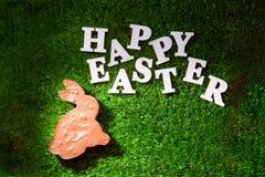 Märka den lyckliga påsken som läggas ut på gräset arkivfoton