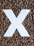 märka X i vit och bakgrund med grillade kaffebönor, bakgrund och textur royaltyfria bilder