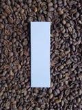 märka I i vit och bakgrund med grillade kaffebönor, bakgrund och textur royaltyfri foto