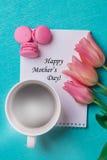 Märka lyckliga moders dag och tre rosa tulpan Royaltyfria Foton