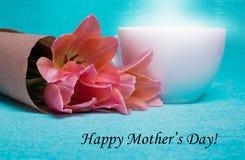 Märka lyckliga moders dag och tre rosa tulpan i papper Royaltyfria Bilder