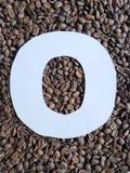 märka nollan i vit och bakgrund med grillade kaffebönor, bakgrund och textur royaltyfri fotografi