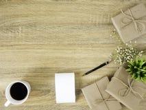 Märka 2019 och alla slag av brevpapperobjekt på träyttersidan arkivfoto